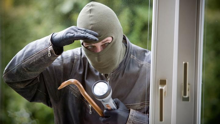 Tânăr şi neliniştit. METODA prin care un hoţ din Comrat a pătruns într-un oficiu (FOTO)