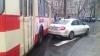 O Skoda parcată aiurea a blocat o stradă din Chişinău. Ce au făcut oamenii revoltaţi (VIDEO)