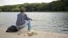 INCREDIBIL! Cum prinde un bărbat un peşte fără undiţă (VIDEO)