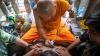 Mii de oameni îl celebrează în Thailanda pe un călugăr expert în aplicarea tatuajelor