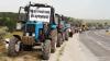 Tehnică agricolă pe marginea traseelor! Fermierii nemulţumiţi ies la PROTESTE