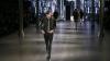 Colanți rupți și machiaj extravagant! Ce ţinute au surprins la Săptămâna Modei de la Paris