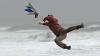 Haz de necaz! Cum e să închizi portiera unei maşini în mijlocul uraganului (VIDEO)