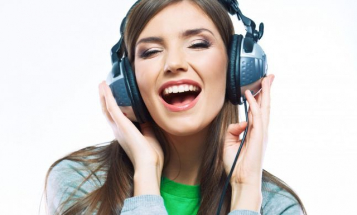 Bine de ştiut! De ce nu e bine să asculţi muzică la birou