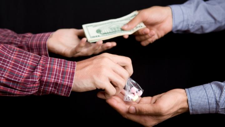 """Ce metode """"misterioase"""" folosesc traficanţii de droguri moldoveni pentru a atrage clienţii"""