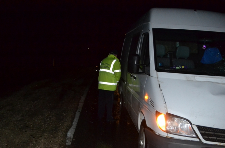 TRAGEDIE în satul Pojăreni, Ialoveni. O femeie a fost ucisă pe şosea de o maşină (FOTO)