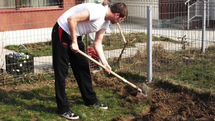 Săpa în grădină şi a făcut o descoperire şocantă. Bărbatul i-a chemat imediat pe oamenii legii