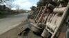 Accident PERICULOS la Căuşeni. Un camion care transporta o substanţă chimică S-A RĂSTURNAT (VIDEO)