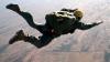 Supraviețuire MIRACULOASĂ! Un parașutist, la un pas de moarte din cauza vântului puternic (VIDEO)