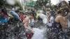 AȘA scapă de stres! Mii de oameni şi-au aplicat din plin lovituri în plină stradă (VIDEO)