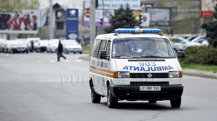 Doi minori, găsiţi intoxicaţi în Chişinău. Au fost transportaţi de urgenţă la spital
