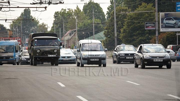 """Arta personalizării! Numere de înmatriculare """"pascale"""" la o maşină din Moldova (FOTO)"""