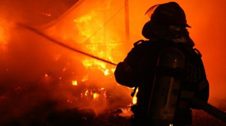 INCENDIU DEVASTATOR în România! Opt maşini au ars la un depozit de anvelope şi vopseluri