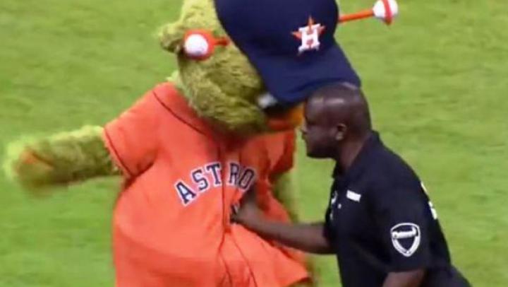 MERITĂ A FI VĂZUT! Ce s-a întâmplat după ce un bodyguard a împins o mascotă pe stadion (VIDEO)