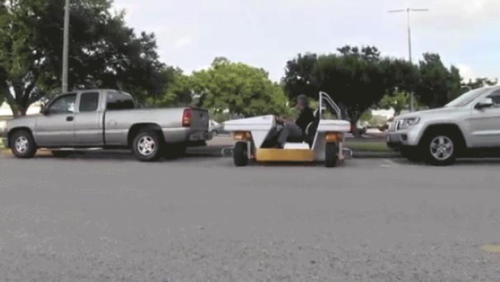 Vehiculul ideal pentru traficul aglomerat: Se parchează lateral şi se învârte pe loc (VIDEO)