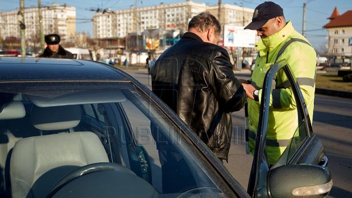 Şofer SUSPECT. Era beat şi purta ceva PERICULOS sub bancheta din față a maşinii