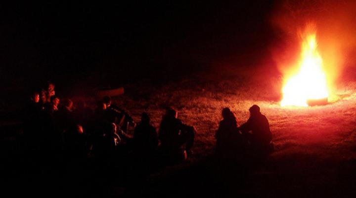 TRADIȚIE TOXICĂ în Noaptea Învierii. Practica dezaprobată de ecologiști, preoți și polițiști