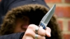 Îmbrăcaţi în negru şi cu un cuţit! E GROAZNIC ce au făcut doi tineri în faţa poliţiştilor (VIDEO)