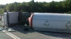 PERICOL! Cisternă plină cu motorină, RĂSTURNATĂ pe şosea. Ce s-a întâmplat cu şoferul (VIDEO/FOTO)