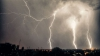 PLOI cu descărcări electrice şi temperaturi în scădere, anunţă meteorologii