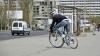 Şi-a văzut moartea cu ochii! Momentul în care un panou rutier cade peste un biciclist (VIDEO)
