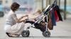 INCIDENT STUPID. Incredibil ce a păţit o femeie care se plimba pe trotuar cu copilul ei (VIDEO)