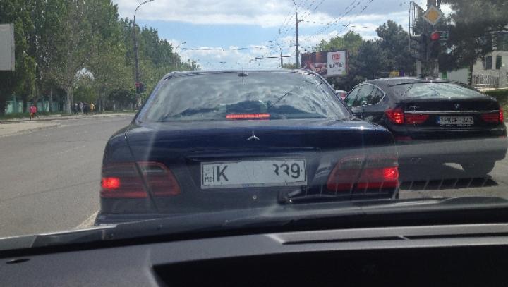 Şofer TUPEIST. Umblă prin Chişinău cu ASTFEL de numere de înmatriculare (FOTO)