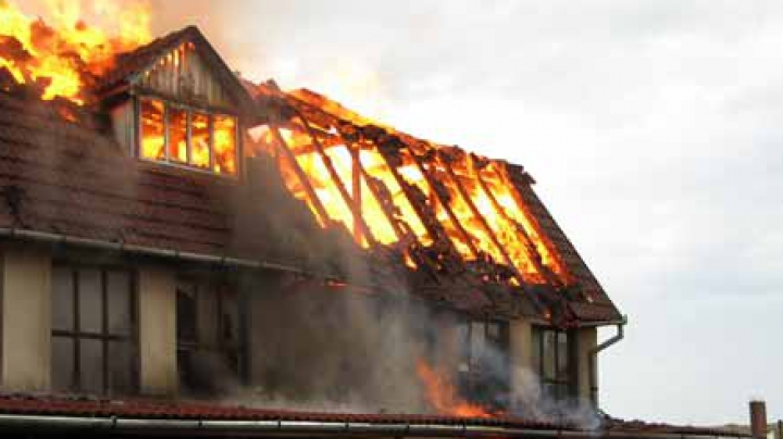 INCENDIU în Peresecina. Vecinii au chemat de urgenţă pompierii (VIDEO)