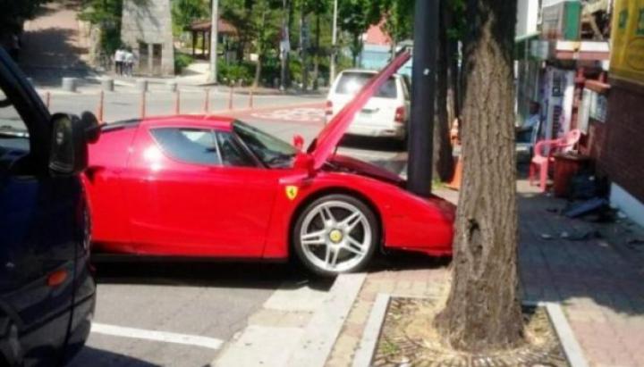 """Facelift neașteptat și neoficial! Un Ferrari Enzo """"s-a pupat"""" cu un stâlp"""