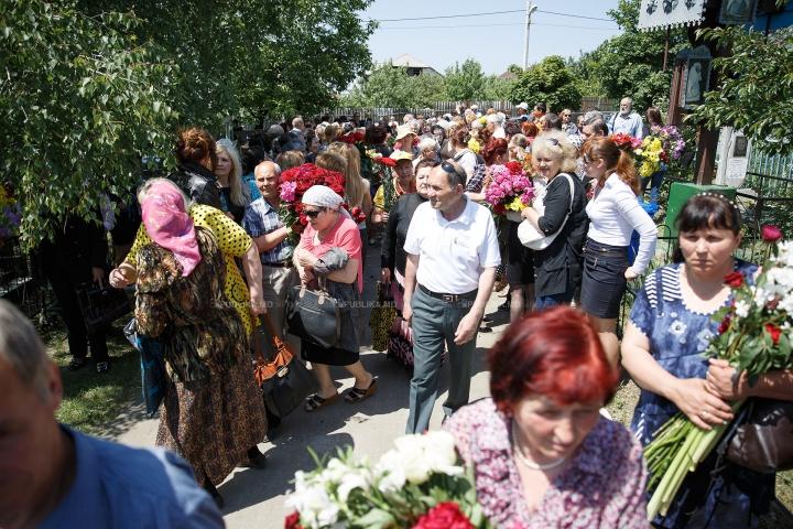 ADIO, ANA BARBU. Interpreta a fost petrecută cu flori, lacrimi şi aplauze pe ultimul drum (FOTOREPORT)