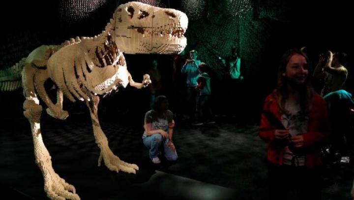Arta cărămizii! La Paris a fost deschisă o faimoasă expoziţie de sculpturi lego