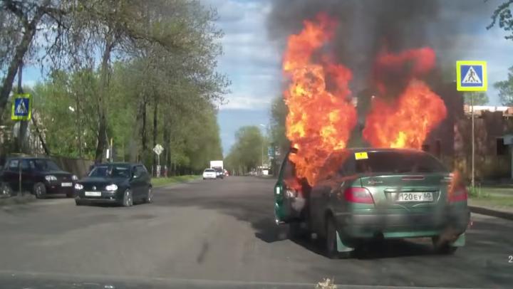 IMAGINI ÎNFRICOȘĂTOARE! O mașină ia foc din mers. Cum a fost posibil (VIDEO)