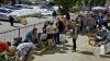 Își pun VIAŢA în PERICOL! Moldovenii continuă să procure produse alimentare de la colţul străzii
