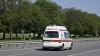 OPERAŢIUNE GREA. Opt salvatori au ajutat o femeie din Chişinău să fie transportată la spital (VIDEO)