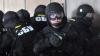 Mascaţi înarmaţi de la SBU intră cu forţa într-o clădire şi îi arestează pe oamenii de acolo (VIDEO)