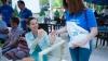 Un măr pentru o țigară! Campanie antifumat lansată de un grup de tineri în Capitală