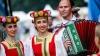 """Zeci de oameni au ieșit în stradă! Ziua Rusiei """"sărbătorită"""" cu ouă și vopsea la Harkov (VIDEO)"""