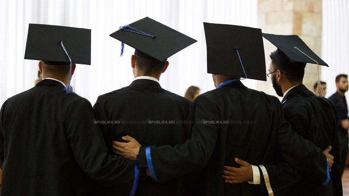 Emoţii şi zâmbete! Sute de absolvenţi ai Universităţii de Medicină au depus jurământul lui Hippocrate (FOTO)
