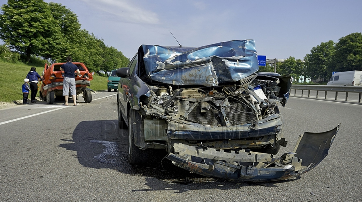 TE IA GROAZA! Oameni răniți şi maşini răsturnate, în urma unor accidente grave (IMAGINI ŞOCANTE)