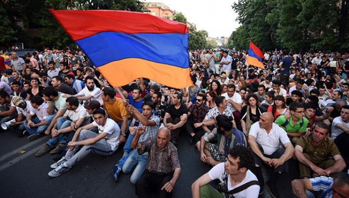 Cel puţin 10.000 de persoane au manifestat în Armenia împotriva fostului preşedinte Serj Sargsyan, ales premier