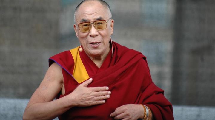 Apariție istorică la festivalul britanic Glastonbury. Dalai Lama, ACLAMAT de mii de participanți