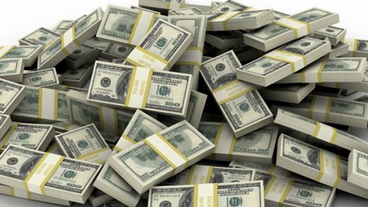 Mii de bancnote au fost adunate cu mătura de pe o autostradă din SUA. Ce s-a întâmplat