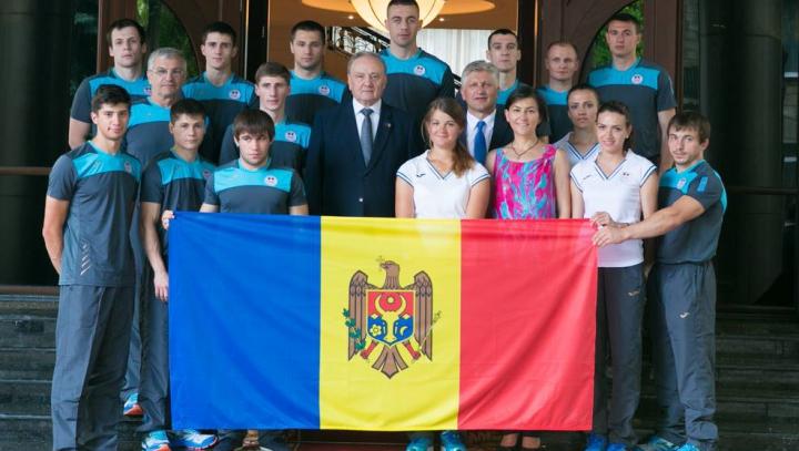"""""""Să-l păstrați cu onoare!"""" Preşedintele Timofti a înmânat drapelul participanţilor la Jocurile europene"""