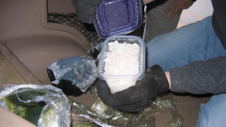Din parte vătămată a ajuns suspect! Un tânăr s-a pornit la poliție cu geanta plină cu droguri (VIDEO)