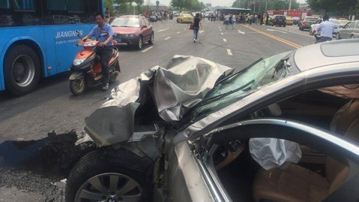 ACCIDENT GRAV: Un BMW a trecut la roşu şi a făcut zob o Mazda (VIDEO)