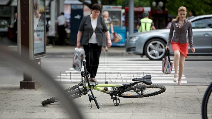 Un tânăr din Chişinău, oprit şi dat jos de pe bicicletă de poliţie. Ce s-a întâmplat