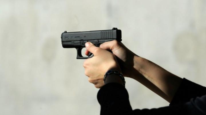 CRIMĂ: Un tânăr a fost împuşcat în timp ce testa vesta antiglonţ