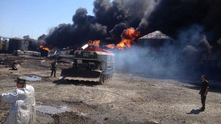 O nouă explozie la rafinăria de lângă Kiev! Pompierii au lansat un atac cu spumă (FOTO)