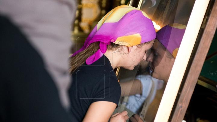 Rugăciuni, răbdare şi smerenie. Sute de credincioşi vin să se închine Sfintei Matrona (FOTOREPORT)