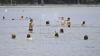 Vara, odihnă sau pericol?! Problema lipsei staţiilor de salvare pe plajele lacurilor şi râurilor din ţară